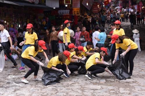 Người Việt dọn rác tại chùa Hương hưởng ứng thử thách trên mạng