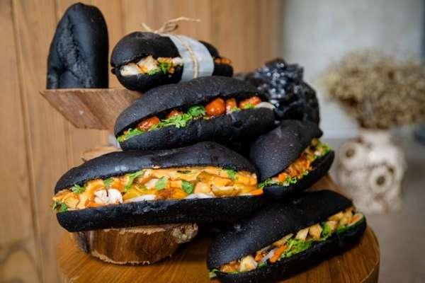 Dân mạng phát sốt với bánh mì 'bóng đêm' đen như than ở Quảng Ninh