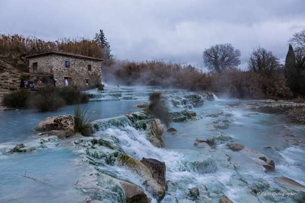 Lạ lùng suối nước nóng có màu xanh ngọc lam, khiến du khách mê mẩn quên cả lối về