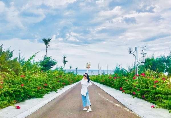 Con đường hoa ven biển ở Nhơn Lý