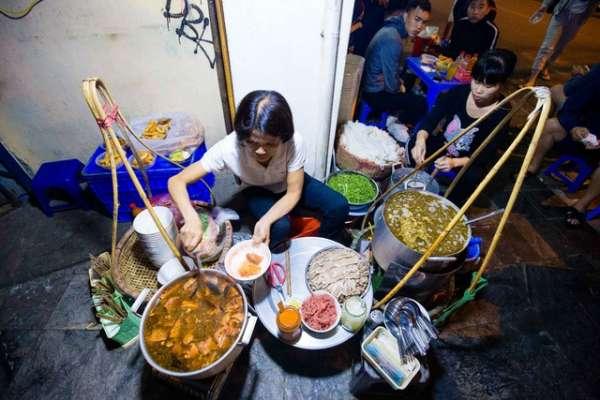 Quán phở kỳ lạ ở Hà Nội Chỉ mở lúc 3 giờ sáng khách xếp hàng như bao cấp