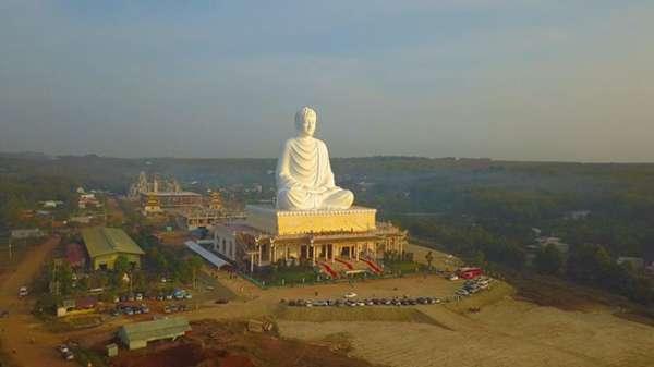 Ngôi chùa độc đáo ở Bình Phước với tượng Phật khổng lồ nằm trên mái