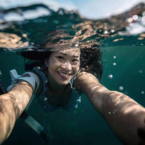 Cô gái Việt đam mê du lịch dưới lòng đại dương
