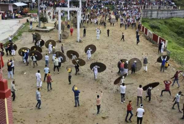Lễ hội ném đá để bị thương ở Ấn Độ
